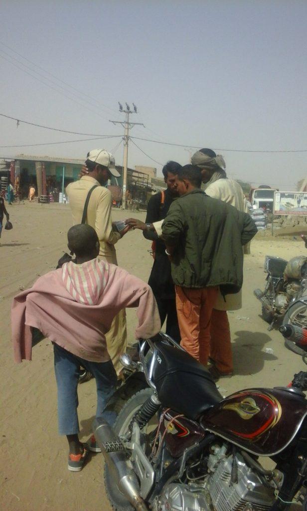 """Des vendeurs de rue """"indiens"""" à Tombouctou. Crédit : Aubia."""